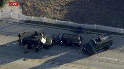 Petugas dengan mobil lapis baja mengepung kendaraan tersangka penembakan di sebuah pusat layanan bagi kaum difabel Inland Regional Center di San Bernardino, California, Rabu (2/12). Sedikitnya 14 tewas dan 17 lainnya terluka. (REUTERS/NBCLA.COM)