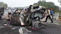 Kondisi kendaraan usai terlibat  kecelakaan maut di ruas Tol Cipularang Kilometer 92, Purwakarta, Jawa Barat, Senin (2/9/2019). Polisi melakukan rekayasa lalu lintas untuk mengatasi kemacetan akibat kecelakaan maut Cipularang. (Liputan6.com/Abramena)