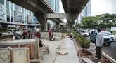 Aktivitas pekerja saat merampungkan proyek revitalisasi trotoar di sepanjang Jalan Satrio-Casablanca, Jakarta Selatan, Selasa (10/12/2019). Kawasan ini akan menjadi tempat warga berkegiatan. (Liputan6.com/Faizal Fanani)