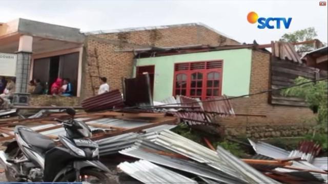 Angin puting beliung yang terjadi selama 10 menit itu juga merusak rumah ibadah dan tiga sekolah, salah satunya SMA Negeri 1 Sumbul.