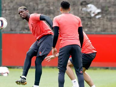 Gelandang Manchester United, Paul Pogba menendang bola saat sesi latihan di AON Training Complex di Carrington, Inggris, Selasa (23/5). MU akan menghadapi Ajax di final Liga Eropa 2016-2017. (Martin Rickett / PA via AP)