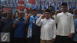 Sekjen Partai Demokrat Hinca Pandjaitan (tengah) bersama bakal calon pemimpin daerah Aceh dan Sulawesi Barat saat deklarasi dan penandatanganan pakta integritas di Kantor DPP Partai Demokrat, Jakarta, Jumat (5/8). (Liputan6.com/Gempur M Surya)
