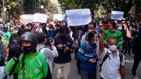 Aksi menolak perpanjangan PPKM darurat di depan Balai Kota Bandung, Rabu (21/7/2021). (Liputan6.com/Huyogo Simbolon)