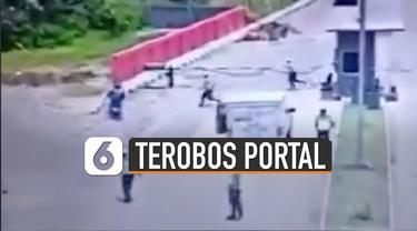 Seorang pemotor terekam CCTV berusaha melewati jalan yang ditutup portal oleh polisi.