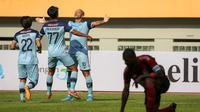 Penyerang Persela, Ivan Carlos Coelho bersama rekan setim merayakan gol yang dicetaknya saat melawan Persipura dalam laga pekan kedua BRI Liga 1 2021/2022 di Stadion Wibawa Mukti, Cikarang, Jumat (10/09/2021). (Foto: Bola.com/Bagaskara Lazuardi)