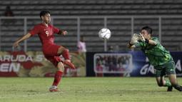 Striker Timnas Indonesia U-16, Wahyu Agong, berduel dengan kiper Kepulauan Mariana Utara pada laga babak Kualifikasi Piala AFC U-16 2020 di Stadion Madya, Jakarta, Rabu (18/9). Indonesia menang 15-1. (Bola.com/Yoppy Renato)