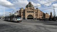 Sebuah jalan di Melbourne, Australia (3/8/2020). Negara Bagian Victoria mengeluarkan Status Darurat Bencana, sementara ibu kotanya, Melbourne memasuki pembatasan Tahap 4 dengan aturan yang lebih ketat sebagai upaya untuk membatasi pergerakan masyarakat dan penyebaran COVID-19. (Xinhua/Bai Xue)