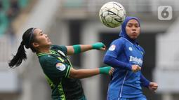 Pemain depan PS Tira-Kabo Kartini, Jesella Arifya Sari (kiri) berebut bola dengan gelandang Persib putri, Tia Darti saat leg 2 final Liga 1 Putri 2019 di Stadion Pakansari, Kab Bogor, Jabar, Sabtu (28/12/2019). Persib Putri juara Liga 1 Putri 2019 usai menang 3-1. (Liputan6.com/Helmi Fithriansyah)