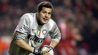 Inter Milan's Brazilian goalkeeper Julio Cesar reacts after Liverpool's second goal during their first round first leg Champions League football match at Anfield in Liverpool, north-west England, on February 19, 2008. AFP PHOTO/PAUL ELLIS