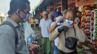 Warga di Kota Cilacap mendapatkan masker dari tim PSCS Cilacap, Sabtu (18/4/2020). (Ofisial PSCS Cilacap)