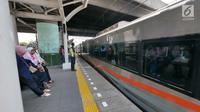Kereta berhenti di Stasiun Cakung, Jakarta, Selasa (9/10). Modernisasi Stasiun Cakung guna mendukung modernisasi Double-Double Track (DDT) Manggarai-Cikarang demi meningkatkan kapasitas dan pelayanan penumpang. (Liputan6.com/Herman Zakharia)