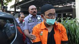 Polisi menghadirkan artis Rifat Umar dalam rilis kasus penyalahgunaan narkoba di Polda Metro Jaya, Jakarta, Jumat (4/10/2019). Rifat Umar diciduk polisi di kawasan Bintaro pada Rabu (2/10) dengan barang bukti bukti ganja seberat total 17362 gram. (Liputan6.com/Herman Zakharia)