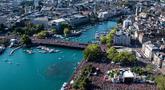 Pemandangan udara dari ratusan ribu peserta peserta menari di jalanan pada festival musik dansa tahunan, Street Parade ke-27, di pusat kota Zurich, Swiss, 11 Juli 2018. Tema Street Parade tahun ini adalah Budaya Toleransi. (Ennio Leanza/Keystone via    AP)