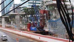 Suasana konstruksi layang proyek LRT yang sepi dari aktivitas di kawasan Kuningan, Jakarta Selatan, Rabu (21/2). Namun untuk bagian bawah pengerjaan tetap dilakukan. (Liputan6.com/Immanuel Antonius)