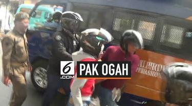 Satpol PP razia pemandu parkir liar atau Pak Ogah. Razia ini dilakukan karena laporan dari pengendara yang resah dengan ulah pemandu parkir liar.