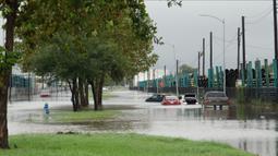 Sejumlah kendaraan terendam air banjir di Houston, Texas, Amerika Serikat (AS), 22 September 2020. Badai tropis Beta yang membawa guyuran hujan ke Texas menyebabkan sejumlah titik di wilayah tersebut tergenang banjir. (Xinhua/Chengyue Lao)