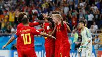 Pemain timnas Belgia, Nacer Chadli dan rekan setimnya merayakan gol ke gawang Jepang, pada 16 besar Piala Dunia 2018 di Rostov Arena, Selasa (3/7). Belgia melaju ke perempat final setelah meraih kemenangan dramatis 3-2 atas Jepang. (AP/Rebecca Blackwell)