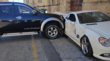 Seorang Polisi Tabrakan Truk ke Mercedes-Benz Milik sang Bos (Carscoop)