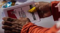 Pekerja menyelesaikan pelipatan surat suara Pemilihan Umum 2019 di gudang logistik KPU Jakarta Pusat, Selasa (19/2). Nantinya surat suara itu akan didistribusikan sebelum penyelenggaraan Pemilu 2019. (Liputan6.com/Faizal Fanani)