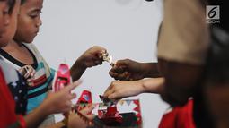 Anak-anak mengikuti kontes kapal otok-otok  di galeri kertas Studio Hanafi, Depok, Sabtu (16/2). Perlombaan itu untuk melestarikan permainan tradisional yang kini sudah mulai ditinggalkan karena tergerus permainan modern. (Liputan6.com/Herman Zakharia)