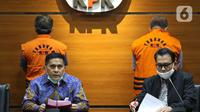 Deputi Penindakan KPK, Karyoto (kiri) membacakan rilis penahanan kedua tersangka kasus suap kemudahan izin keluar di Lapas Sukamiskin, Gedung KPK Jakarta, Kamis (30/4/2020). KPK resmi menahan mantan Kalapas Sukamiskin, Deddy Handoko dan Rahadian Azhar. (Liputan6.com/Helmi Fithriansyah)