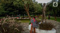 Pengunjung berdiri dekat patung Kosmonaut Rusia, Yuri Alekseyevich Gagarin atau akrab disebut Yuri Gagarin di Taman Mataram, Kebayoran Baru, Jakarta, Minggu (14/3/2021). Kosmonaut Rusia ini adalah orang pertama yang berhasil pergi ke luar angkasa pada tahun 1961 silam. (Liputan6.com/Faizal Fanani)