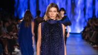 Kesan ringan dan tak terlalu merepotkan, model rambut bob ala Bella Hadid di Milan Fashion Week 2019 bisa banget ditiru. (dok. Instagram @albertaferreti/https://www.instagram.com/p/B2kIgLLoQ7O/Dinny Mutiah)