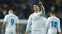 Pemain Real Madrid, Marco Asensio merayakan golnya ke gawang Las Palmas pada laga La Liga Santander di Santiago Bernabeu stadium, Madrid, (5/11/2017). Real Madrid menang 3-0. (AP/Francisco Seco)