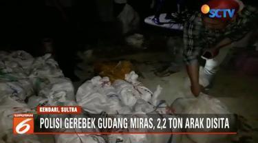 Sebanyak 2,2 ton arak ditemukan aparat kepolisian dari Polsek Poasia, Kota Kendari, Sulawesi Tenggara, di sebuah udang di tengah permukiman warga.