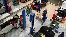 Sejumlah peserta menjalani tes perbaikan mobil dalam  kontes mekanik di Sunter, Jakarta Utara, Sabtu(12/1). Kontes Mekanik UKM Bengkel Mitra YDBA ini digelar untuk kali ketiga. (Liputan6.com/HO/Eko)