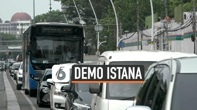 Ratusan massa aksi demo dari berbagai elemen seperti buruh, mahasiswa, pelajar, dan aliansi jurnalis tumpah di sepanjang Jalan MH Thamrin, Jakarta Pusat. Mereka menggelar aksi long march atau jalan jauh dari Bundaran Hotel Indonesia (HI) menuju depan...