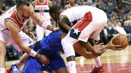 Pebasket Dallas Mavericks, Salah Mejri, berebut bola dengan pebasket Washington Wizards, Marcin Gortat, dan John Wall, pada laga NBA di Capital One Arena, Selasa (7/11/2017). Mavericks menang 113-99 atas Wizards. (AP/Nick Wass)