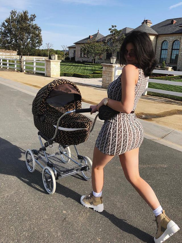 Kylie Jenner dan buah hatinya/copyright instagram/kyliejenner