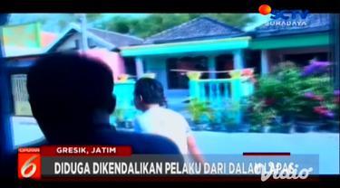 Tersangka pengedar narkoba dengan barang bukti jenis sabu dibekuk oleh petugas Kepolisian setempat bersama BNN di kawasan Gresik, Jawa Timur. Selain pengedar, petugas pula berhasil membekuk 2 tersangka kurir pengedar narkoba.
