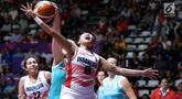 Pebasket putri Indonesia, Nathasa Debby Christaline (depan) menahan serangan pemain Kazakhstan pada babak penyisihan Grup X Basket Putri Asian Games 2018 di Jakarta, Minggu (19/8). Indonesia kalah 73-85. (Liputan6.com/Helmi Fithriansyah)