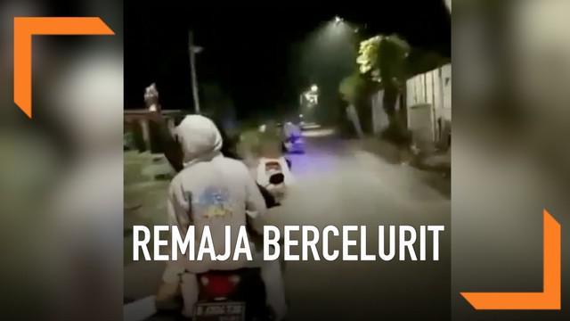 Rombongan remaja lakukan konvoi sambil menenteng senjata tajam seperti celurit dan parang. Kejadian ini diduga terjadi pada sebuah daerah di Bekasi.