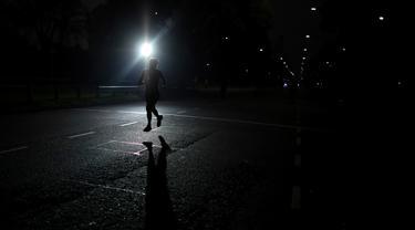 Seorang pria berjogging saat Pembukaan kembali area Buenos Aires di Argentina, Senin (20/7/2020). Tempat-tempat yang biasa dikunjungi warga mulai dibuka setelah pemerintah Argentina mulai melonggarkan pemberlakuan pembatasan untuk pencegahan penyebaran corona COVID-19. (AP Photo/Natacha Pisarenko)