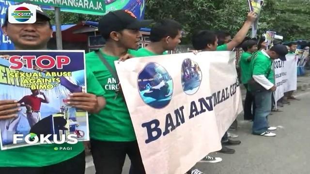 Diduga lakukan pelecehan dengan menyentuh kelamin beruang madu jantan, penyelenggara sirkus di sebuah mal di Cimahi, didemo para aktivis.