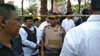 Gubernur Jawa Timur Soekarwo saat berada di TKP bom gereja di Surabaya. (Suarasurabaya.net/Anggi)