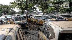Ratusan mobil taksi terlihat mangkrak di kawasan Kranggan, Jati Sampurna, Bekasi, Jawa Barat, Jumat (18/9/2020). Masa pandemi COVID-19 membuat sejumlah perusahaan transportrasi umum mengurangi jam operasional guna menekan biaya perawatan. (Liputan6.com/Faizal Fanani)