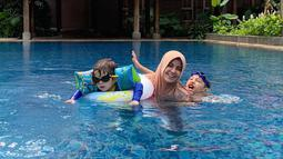 Bahkan ketiga anak Risty Tagor pun tampak akrab satu dengan lainnya. Baru-baru ini Risty Tagor pun mengunggah momen kebersamaan ketiga anaknya saat berenang di akun Instagram pribadinya.(Liputan6.com/IG/@ristytagor)