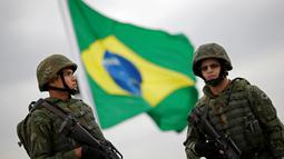 Dua marinir Brasil berjaga saat latihan pengamanan jelang Olimpiade Rio 2016 di Rio de Janeiro, Brazil, July 21, 2016. (REUTERS/Ueslei Marcelino)