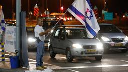 Warga berdemonstrasi menentang gencatan senjata dengan Hamas di Kota Ashkelon Selatan, Israel, Rabu (14/11). Gencatan senjata di Jalur Gaza dilakukan setelah terjadi pertempuran sengit selama dua hari. (JACK GUEZ/AFP)