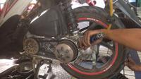 V-Belt Honda Beat sedang dibersihkan. (Herdi Muhardi)