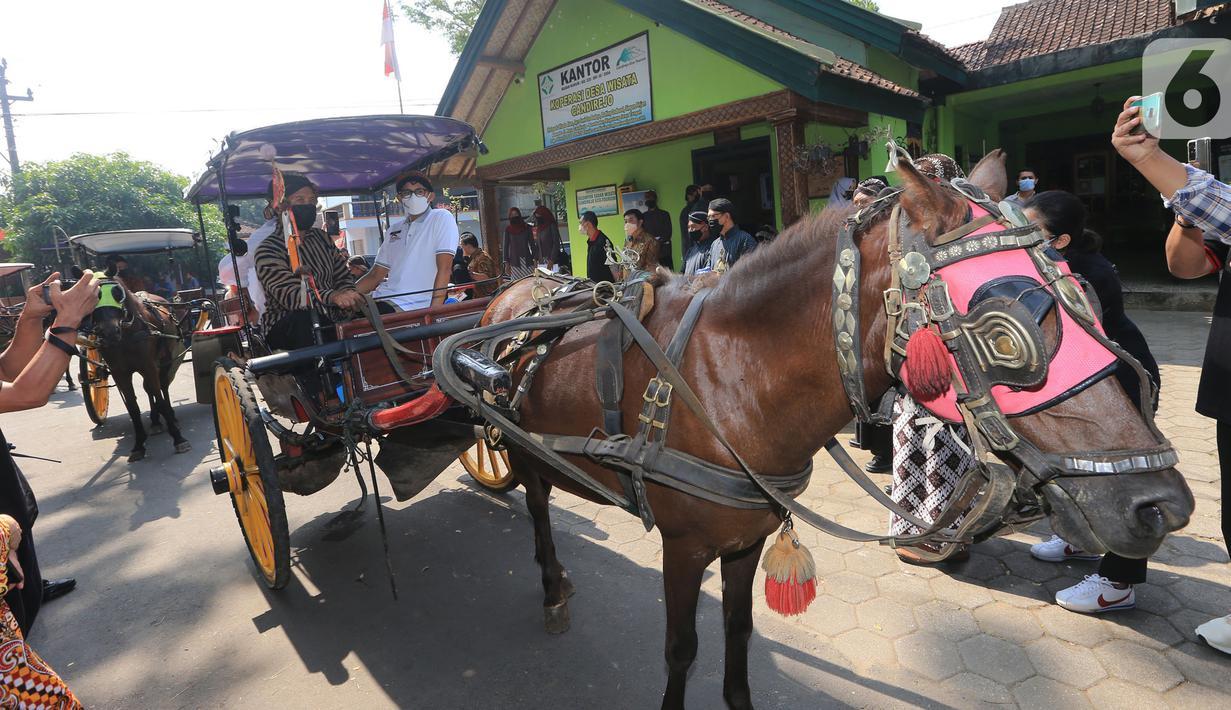 Menparekraf Sandiaga Uno mengunjungi desa wisata dengan naik andong di  Desa Candirejo, Magelang, Jawa Tengah, Jumat (4/6/2021). Desa wisata yang dikenal sebagai simbol budaya jawa juga menghasilkan kerajinan tangan dari batu alam (ulekann, cobek, stupa hiasan). (Liputan6.com/HO/Kemenparekraf)