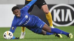 1. Jonathan David (Genk) - Pemain berusia 19 tahun itu sudah tampil sebanyak 28 pertandingan dengan menyumbang 13 gol dan delapan assist di semua ajang. Total, Jonathan David telah bermain sebanyak 2.521 menit.(AFP/Genya Savilov)