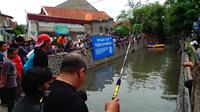 Warga Jalan Babakan Surabaya, Kiaracondong, Kota Bandung menyulap sungai menjadi kolam pemancingan dan arena arung jeram. (Liputan6.com/Okan Firdaus)