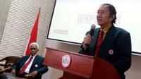 Ketua PB IDI Ilham Oetama Marsis didampingi Ketua Dewan Pakar PB IDI Prof Razaq Taha (kiri) saat memberi keterangan pers di kantor IDI, Jakarta, Senin (9/4). (Liputan6.com/JohanTallo)
