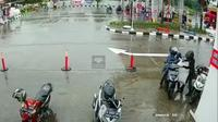 Viral maling gondol sekarung paket yang akan diantar kurir di Tangerang. (Istimewa)