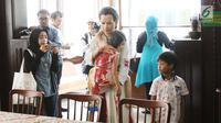 Pengunjung mengambil gambar koleksi Museum AH Nasution di Menteng, Jakarta, Sabtu (30/9). Bertepatan dengan peringatan 52 tahun peristiwa Gerakan 30 September 1965 Museum AH Nasution dipenuhi pengunjung. (Liputan6.com/Angga Yuniar)